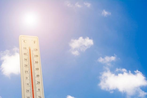 Temperatura máxima - termômetro no calor do verão Foto Premium