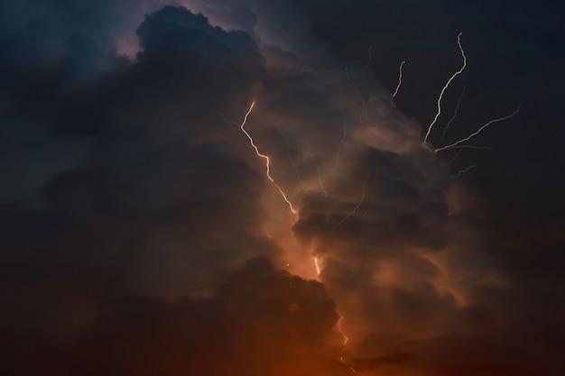 Tempestade com relâmpagos múltiplos garfos de relâmpago perfuram o céu noturno Foto Premium