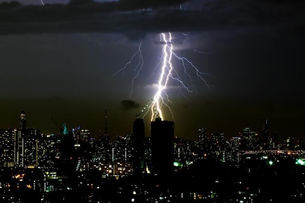 Tempestade dramática relâmpago tempestade no céu horizontal e scape cidade Foto Premium