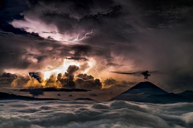 Tempestade no mar com o sol aparecendo atrás das nuvens Foto gratuita