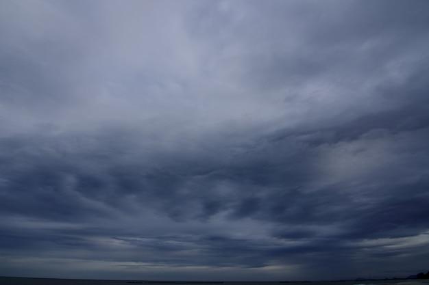 Tempestade uma condição climática com vento forte e chuva forte está se formando no oceano. Foto Premium