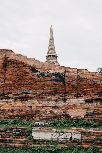 Templo antigo e a parede de tijolos em ayutthaya, tailândia Foto gratuita