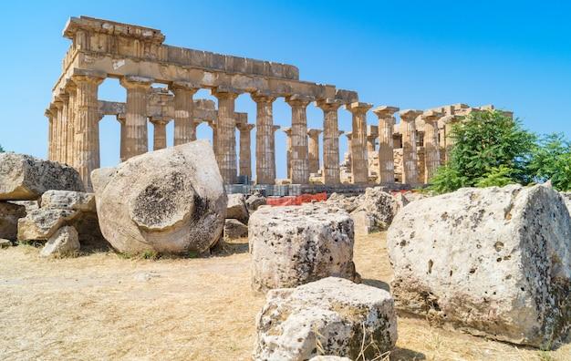 Templo arruinado na antiga cidade de selinunte, na sicília, itália Foto Premium