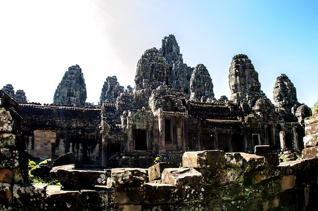 Templo bayon e faces de pedra em angkor thom, angkor wat, siem reap, camboja Foto Premium