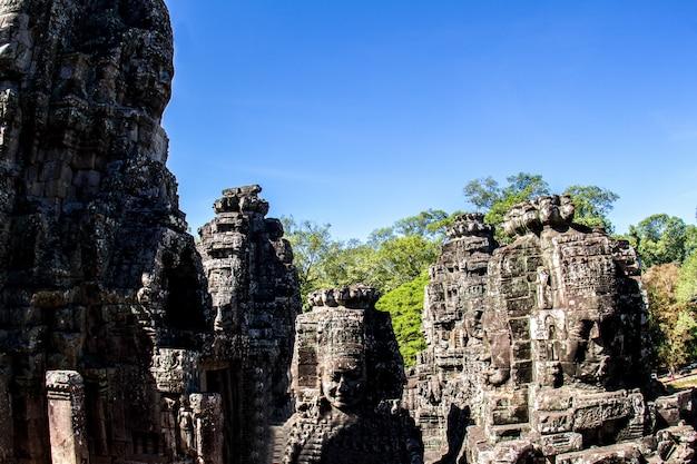 Templo bayon e faces de pedra em angkor thom Foto Premium