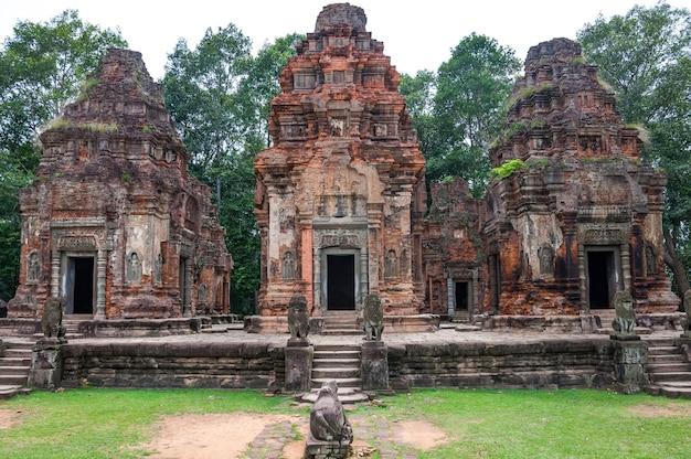 Templo budista antigo do khmer em angkor wat, camboja. Foto Premium