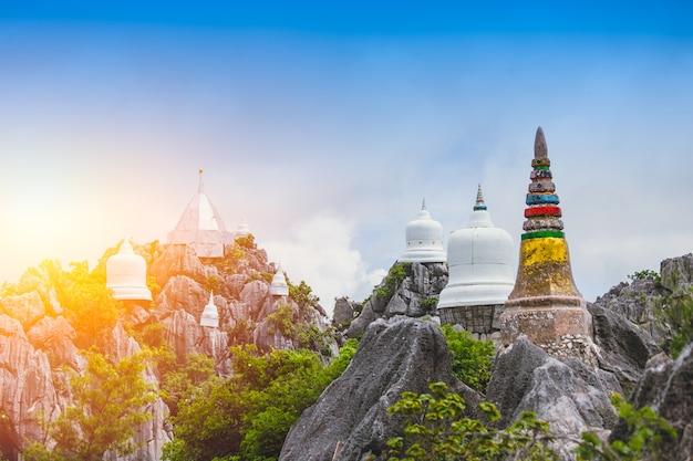 Templo da montanha no lugar do curso de lampang tailândia em wat prajomklao rachanusorn. Foto Premium