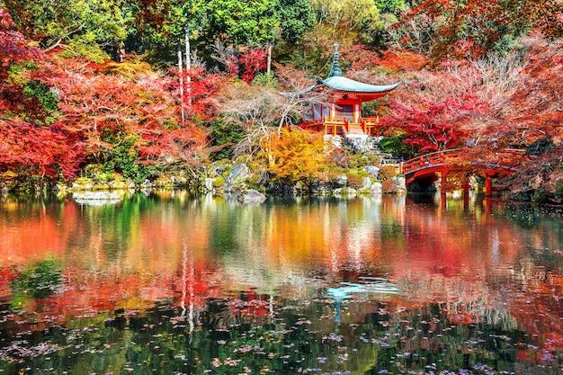 Templo daigoji no outono, kyoto. estações de outono no japão. Foto gratuita