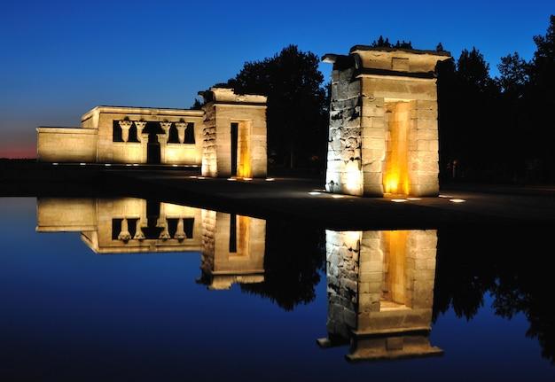 Templo de debod na hora azul, madrid, espanha Foto Premium