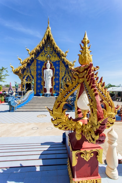 Templo de rong sua ten com fundo de céu azul, província de chiang rai, tailândia Foto Premium