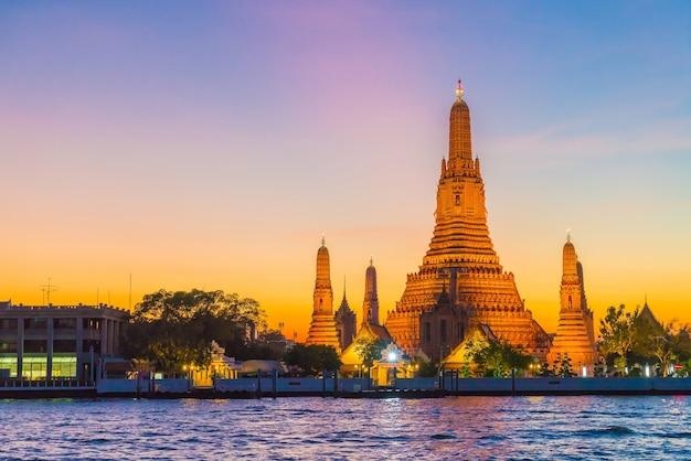 Templo de wat arun no crepúsculo em banguecoque, tailândia Foto gratuita