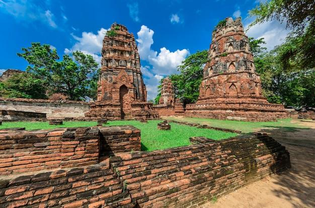 Templo de wat mahathat no parque histórico de ayutthaya, um patrimônio mundial da unesco, tailândia Foto Premium