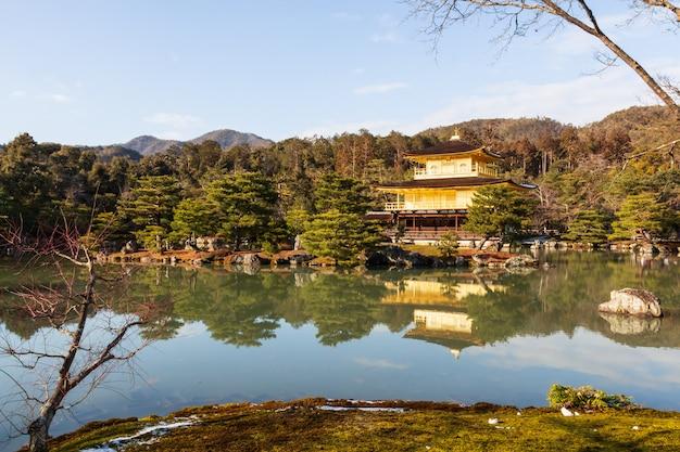 Templo kinkakuji (templo rokuon-ji) (pavilhão dourado) em kyoto, japão Foto Premium