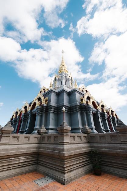 Templo norte tailandês Foto gratuita