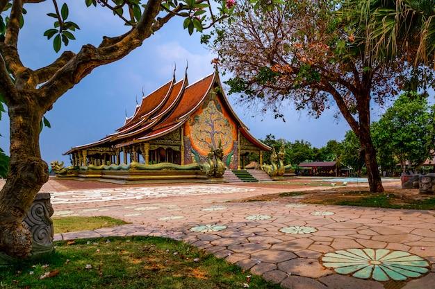 Templo siriangorn wararam phu pao, ubon ratchani, tailândia Foto Premium