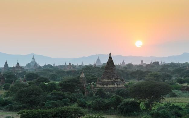 Templos antigos de bagan ao pôr do sol, myanmar Foto Premium