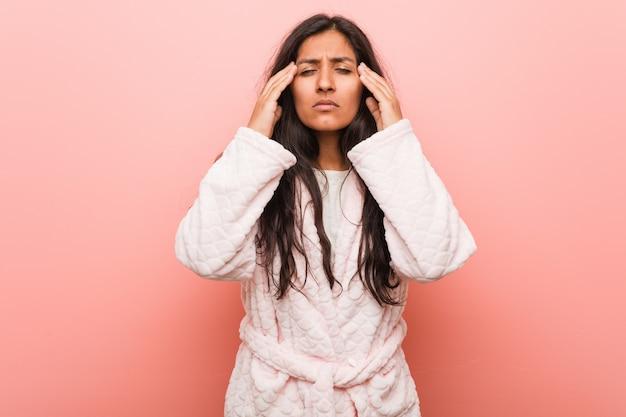Templos tocantes vestindo do pijama indiano novo da mulher e tendo a dor de cabeça. Foto Premium