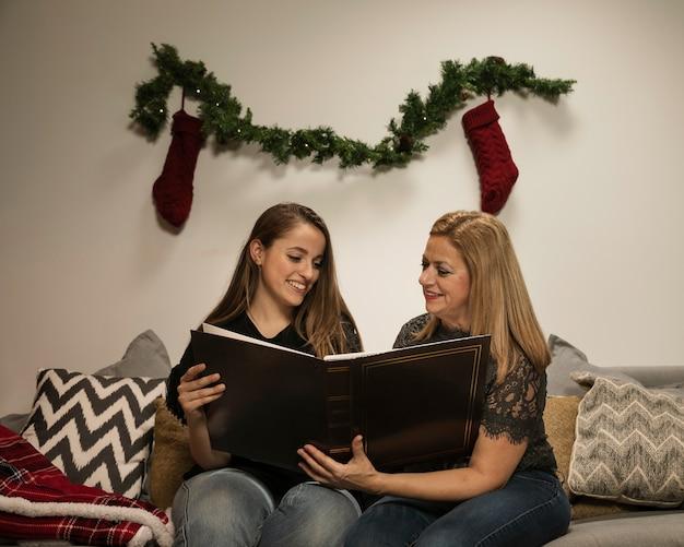 Tempo adorável da família para o natal Foto gratuita