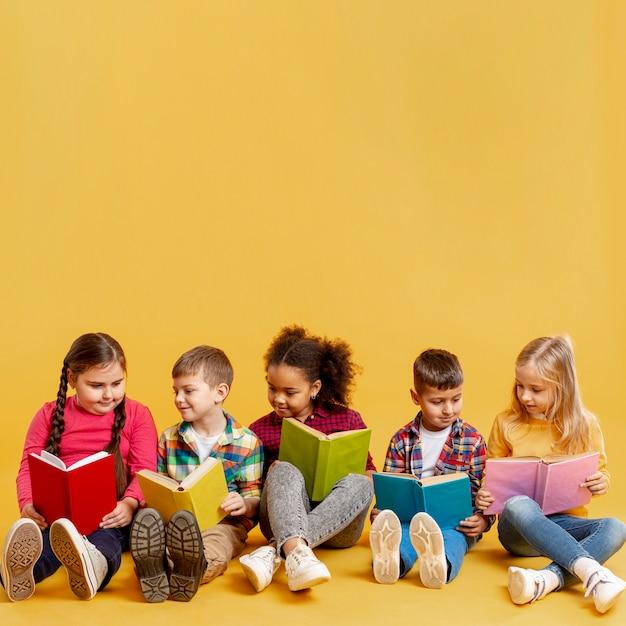 Tempo de conferência de crianças de cópia-espaço Foto gratuita