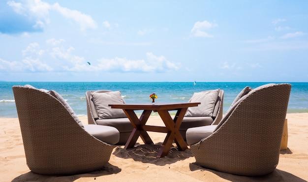 Tempo de férias com uma cadeira relaxante, mobília vivendo situado na praia pelo mar de verão em pattaya, tailândia Foto Premium