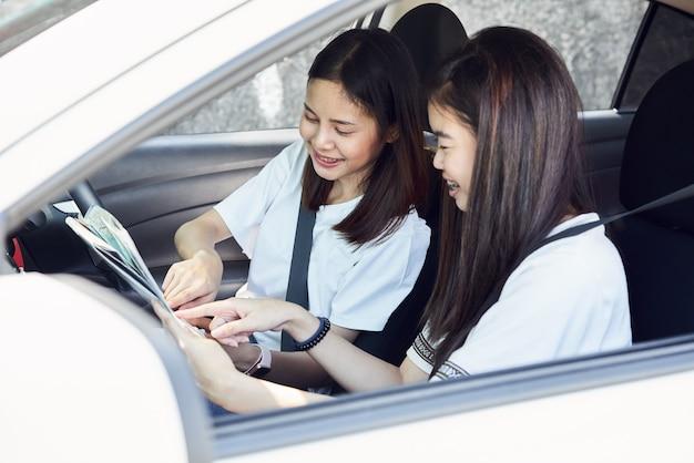 Tempo de férias e viagens, belas moças alegres viaja. Foto Premium