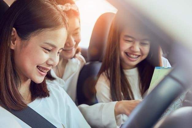 Tempo de férias e viagens, três belas jovens mulheres alegres viaja. Foto Premium