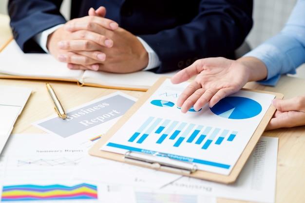 Tempo de reunião de negócios. a apresentação da ideia, analisa o conceito de plans.business. Foto Premium