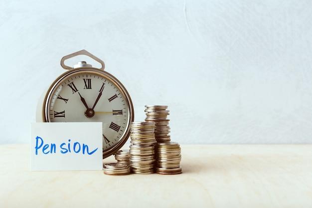 Tempo é dinheiro, relógio de mesa com moedas Foto Premium