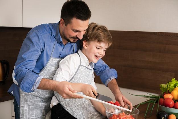 Tempo em família na cozinha Foto gratuita