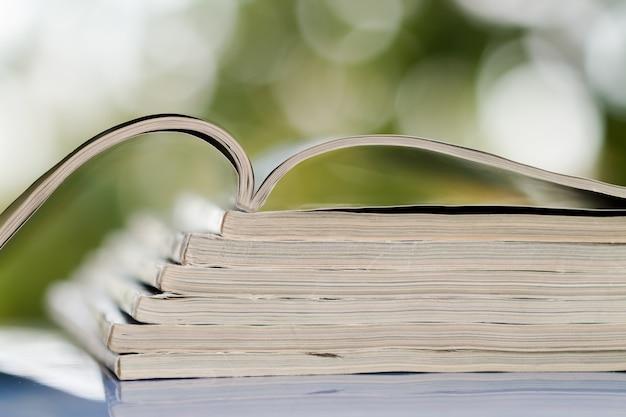 Tempo para ler o conceito. pilha de revistas empilhadas no fundo do borrão Foto Premium
