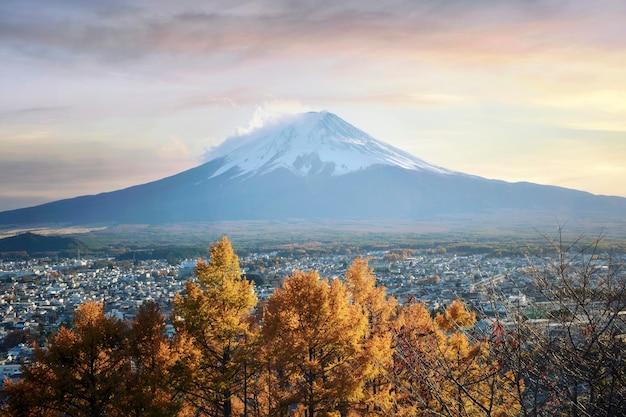 Temporada de outono colorida e montanha fuji com neblina matinal e folhas vermelhas no lago kawaguchiko é um dos melhores lugares no japão, japão Foto Premium