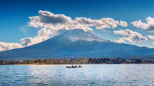Temporada de outono e montanha fuji no lago kawaguchiko, japão. Foto gratuita