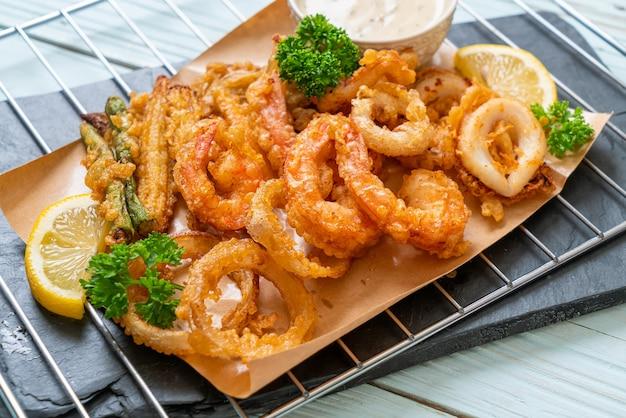 Tempura mista frita com molho Foto Premium