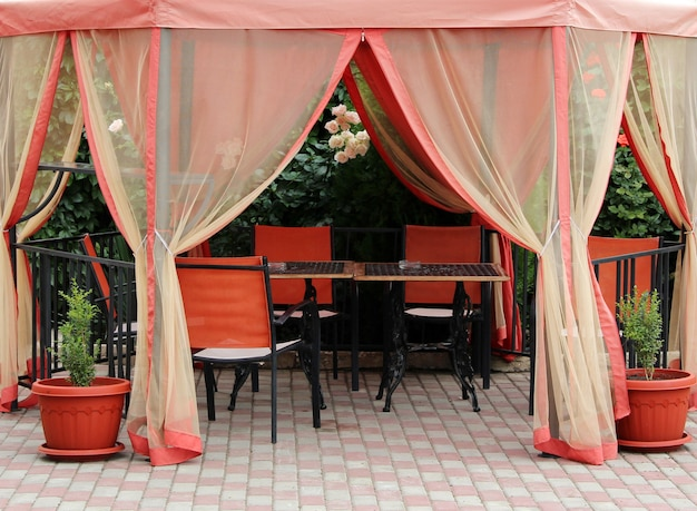 Tenda de verão do sol e mesas para relaxar ao ar livre Foto Premium
