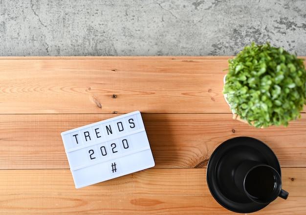 Tendências 2020 na mesa de escritório Foto Premium