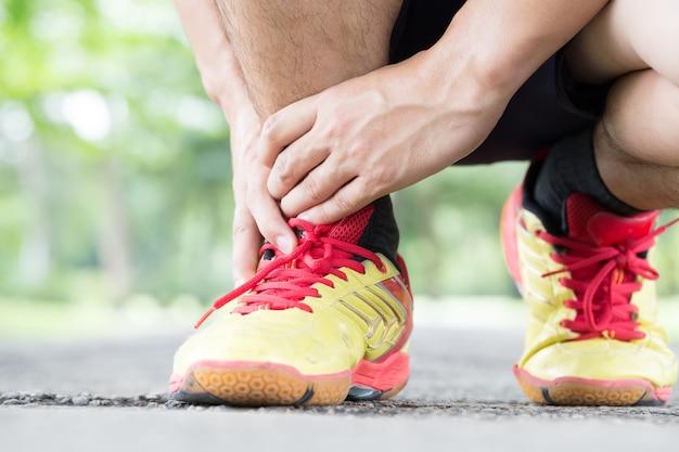 Tendinite de archillis, lesão sofrida durante o exercício e corrida Foto Premium