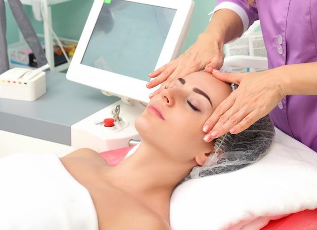 Tendo massagem cosmética Foto Premium