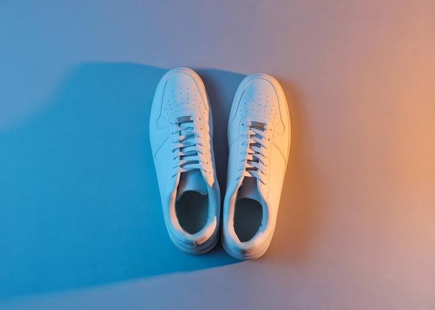 Tênis branco com luz neon. vista do topo. minimalismo Foto Premium