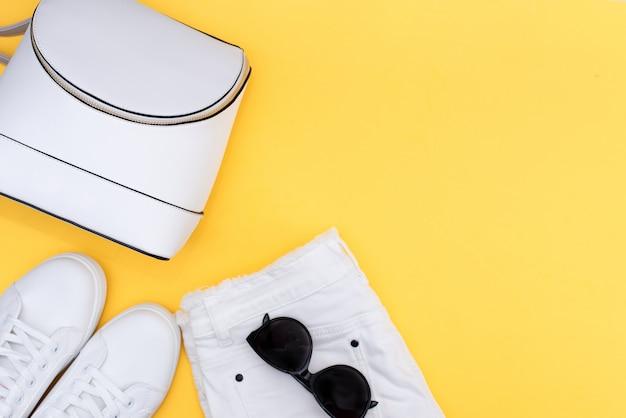 Tênis branco e mochila branca em amarelo Foto Premium