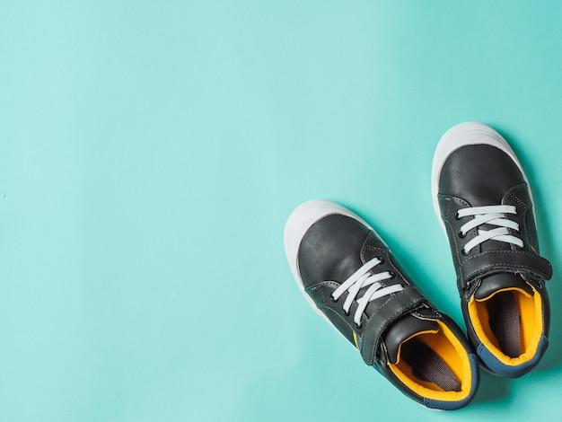 Tênis cinza e amarelos no azul Foto Premium