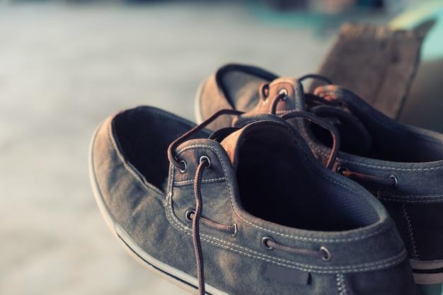 Tênis colocados em madeira tênis lavados secar na sombra até secar Foto Premium