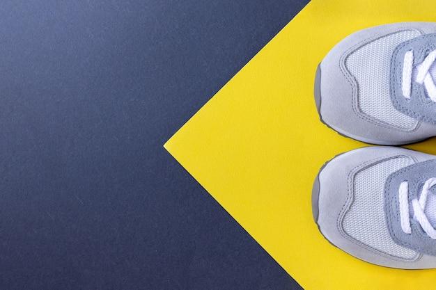 Tênis de caminhada em um papel cinza amarelo Foto Premium
