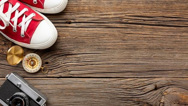Tênis de vista superior e bússola em uma tabela Foto gratuita