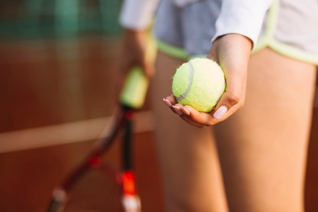 Tenista esportiva pronta para começar a partida Foto gratuita