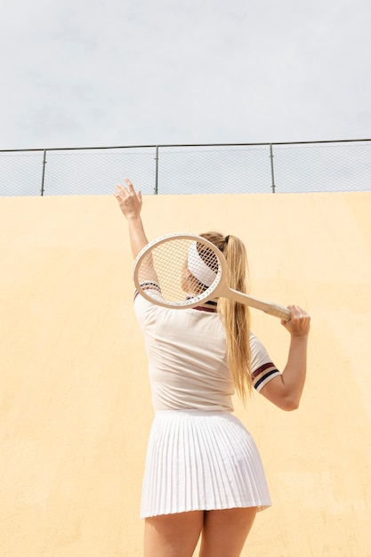 Tenista procurando bola no campo Foto gratuita