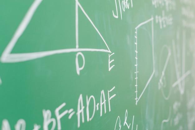 Teorema escrito em giz branco no conselho escolar Foto gratuita