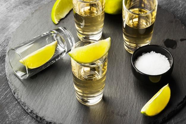 Tequila com limão e sal Foto Premium