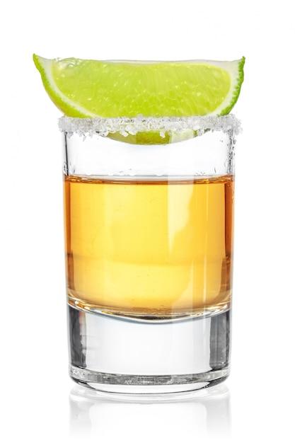 Tequila ouro filmado em fundo branco Foto Premium