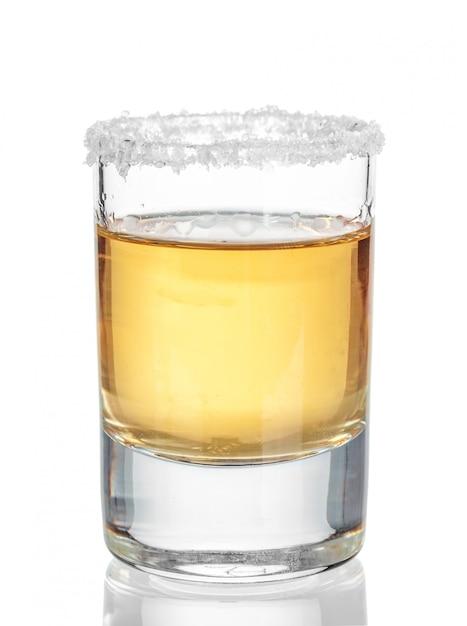 Tequila ouro tiro isolado no branco Foto Premium