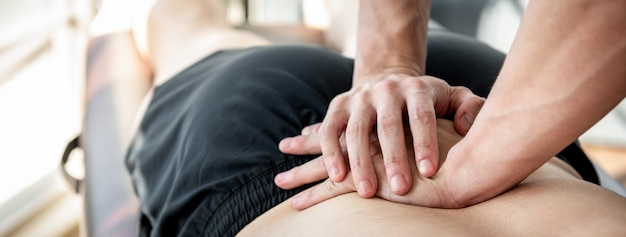 Terapeuta, dar, costas baixa, ostenta, massagem, para, atleta, macho, paciente Foto Premium